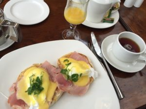 """Teil des """"Irish Breakfast"""": pochierte Eier mit holländischer Sauce und Schinken auf einem Frühstücksmuffin"""